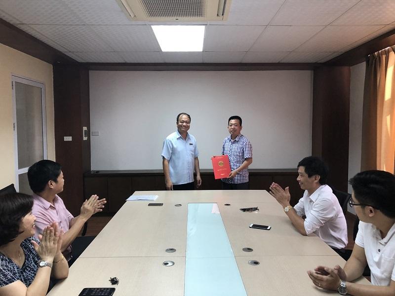 Trao quyết định điều chuyển và giao nhiệm vụ Phó viện trưởng, viện CN HaUI